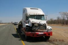 IMG_1075-Op-km-178-Kasane-Nata-olifant-tegen-truck-gelopen