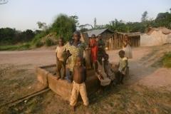 P1000169-Kinderen-bij-de-dorpspomp