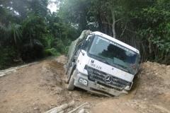 P1000632-Camion-verzakt-op-slechte-weg