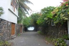 1_P1120536-Puerto-Ayora-steegje-bij-hotel-Lobo-de-Mar