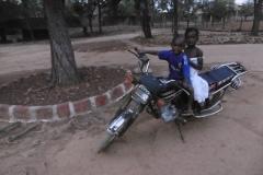 P1000637-Dalaba-op-papas-moto