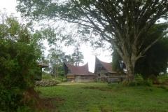P1060857-Verstild-dorpje-zuidelijk-van-Tomok-Samosir
