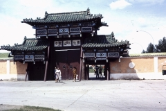 38-19-Ulaanbatar-Gandaklooster-hoofdingang-buitenzijde