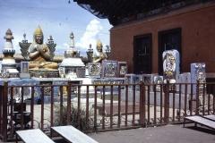 38-22-Ulaanbatar-Gandanklooster-stupa-en-stenen-ikonen
